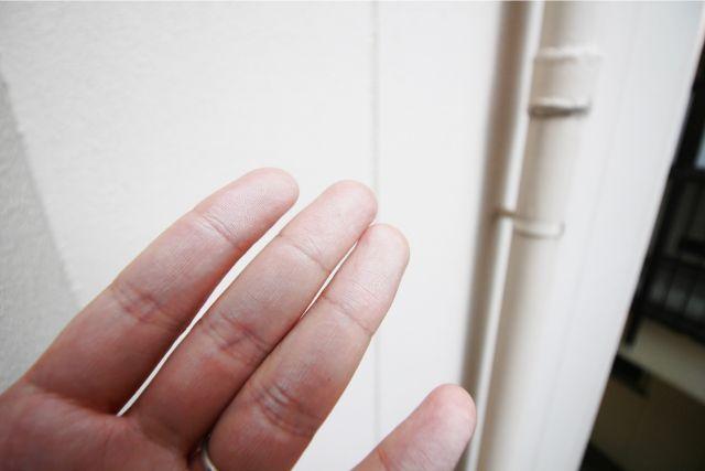 チョーキングの跡がついた左手