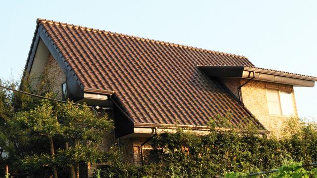 茶色の三角屋根の外観