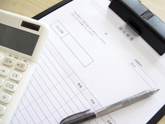 雨漏り修理の見積もり書と電卓