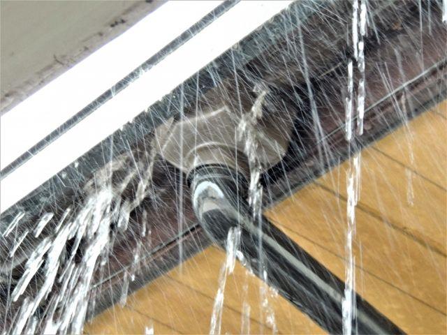 雨樋が壊れ水漏れしている風景
