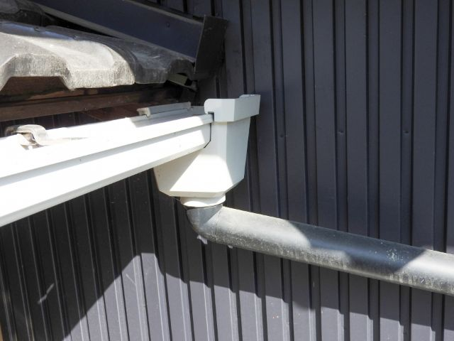 雨水が漏れないよう取り付けられた雨樋