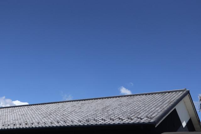 青空の下の屋根