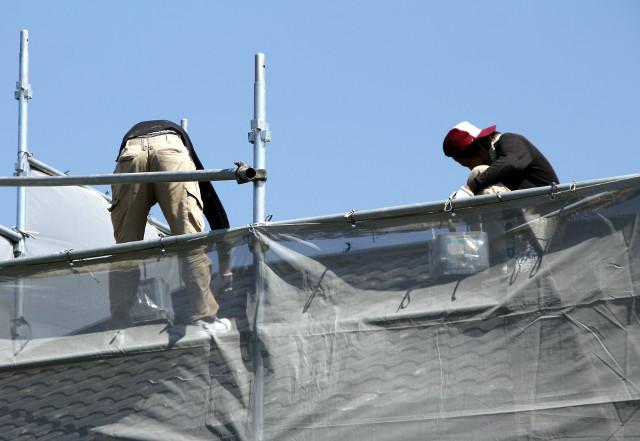 屋根工事を行う職人