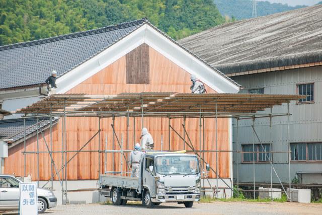 屋根工事の足場にいる職人